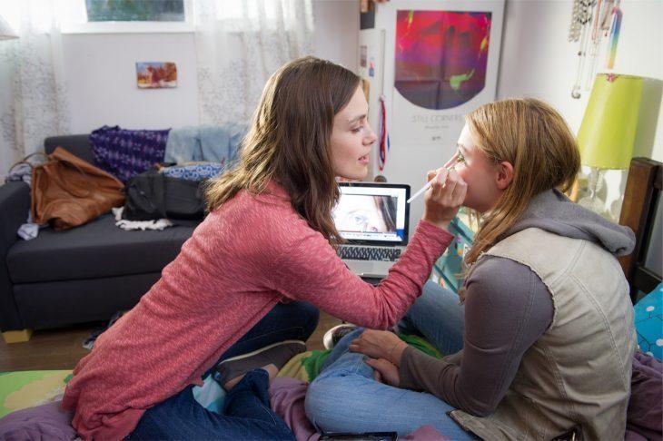 hermana maquillando a hermana menor