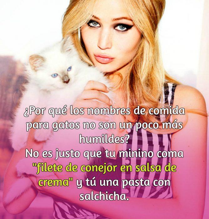 mujer rubia con gato blanco
