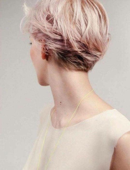 Rosa y dorado en cabello corto.