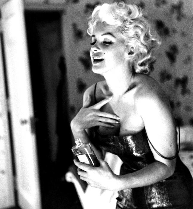 mujer rubia con vestido y perfume