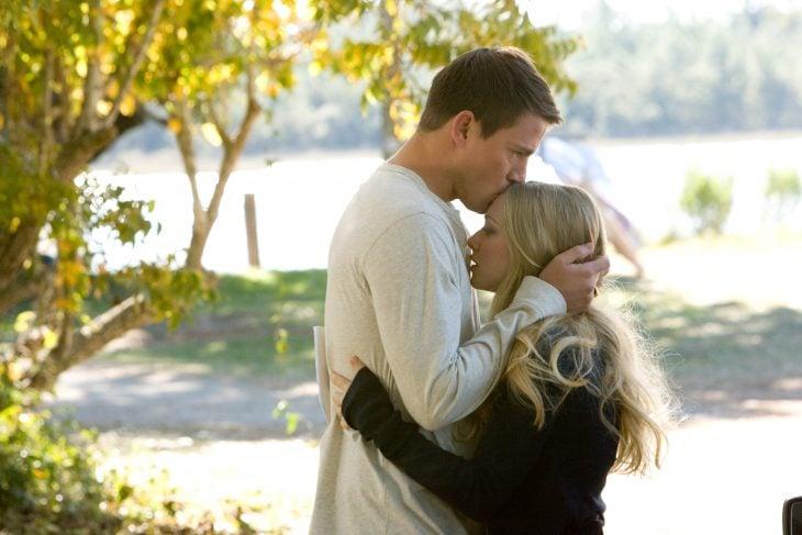 Escena de la película querido john. Chico besando en la frente a una chica