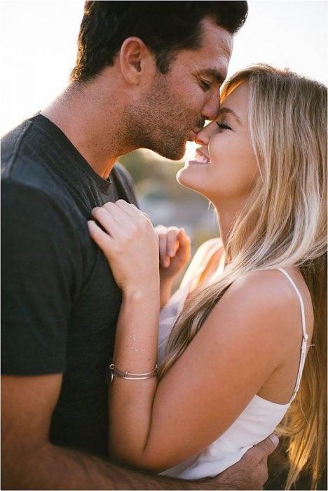 Chico besando a una chica en la nariz