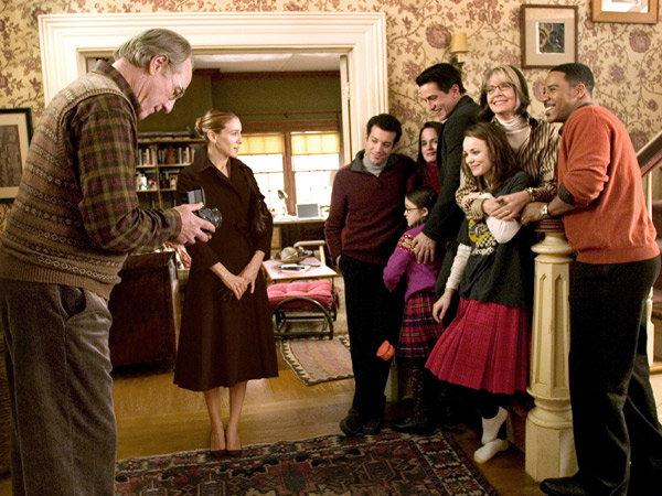 Escena de la película la joya de la familia. Familia tomándose una fotografía