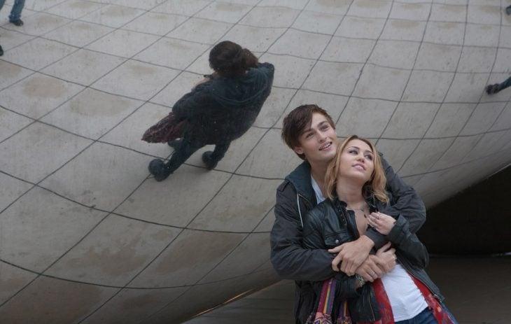 Escena de la película Lol Miley Cyrus junto a su pareja abrazados