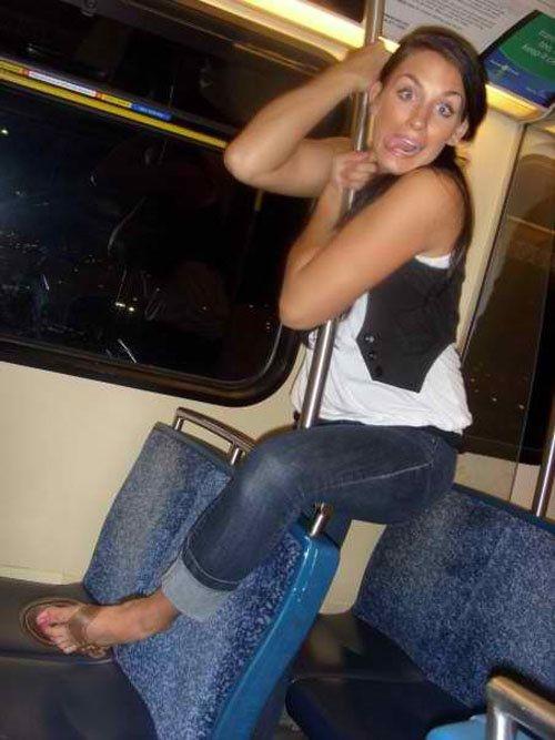 chica haciendo gestos en vagón del metro