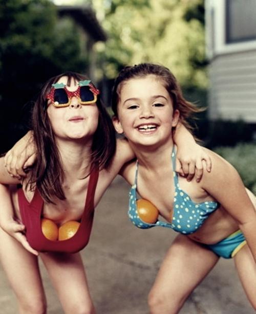 niñas chicas con naranjas en el bikini