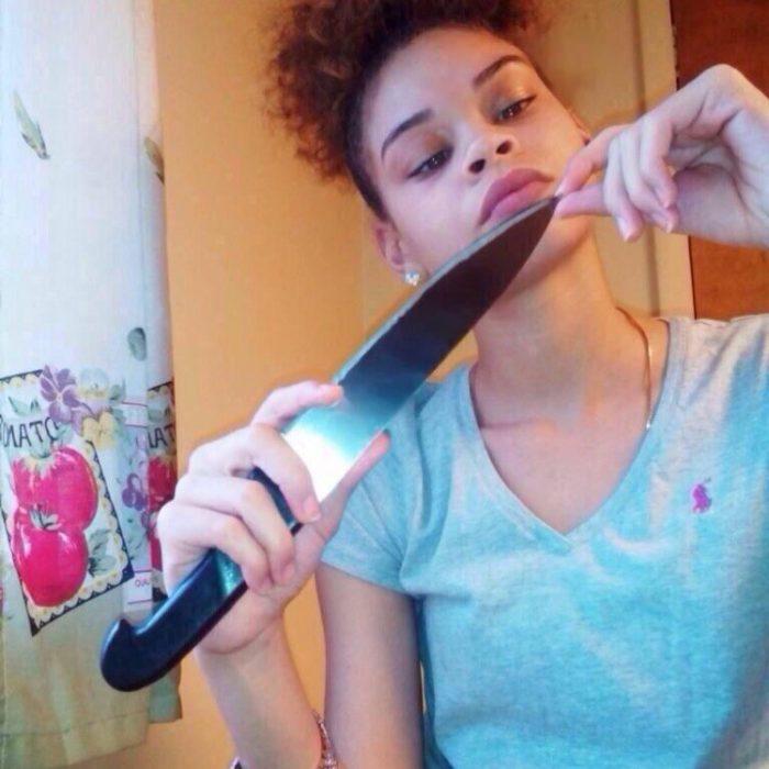 chica con cuchillo de cocina
