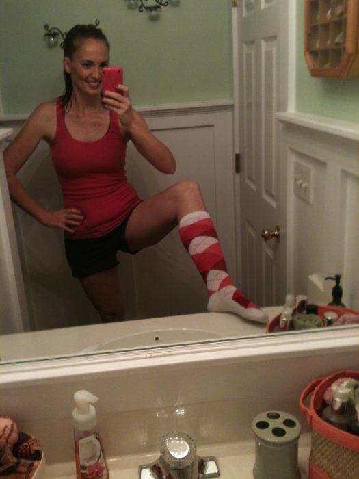 chica tomándose selfie en el baño