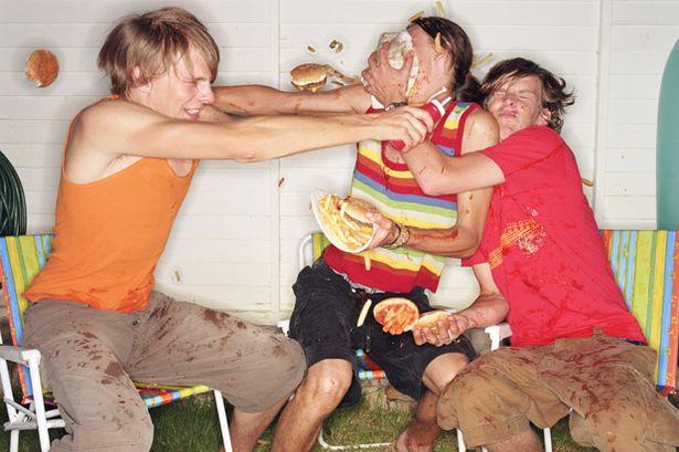 chicos peleando con comida