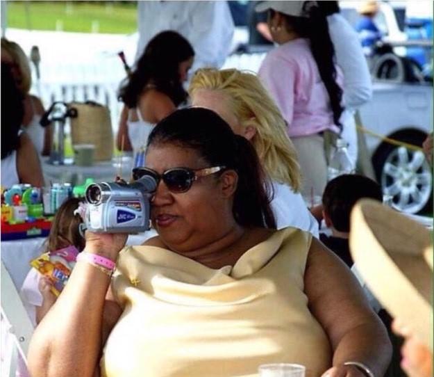 mujer grabando con mini cámara de video