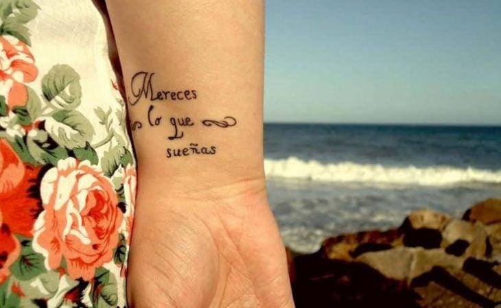 frase en tatuaje muñeca