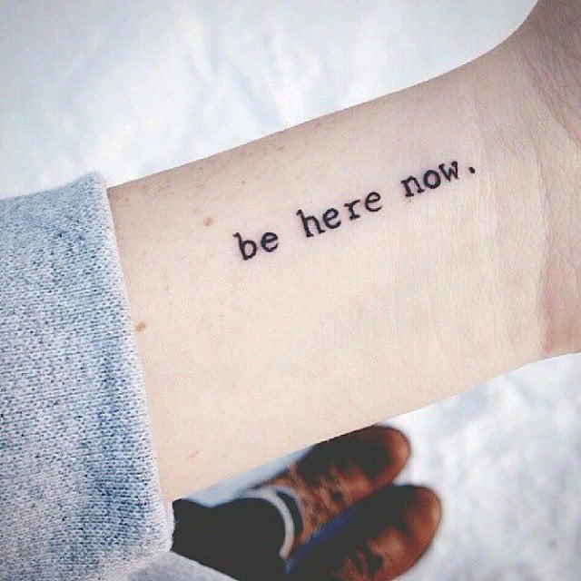 tatuaje frase en antebrazo aquí y ahora