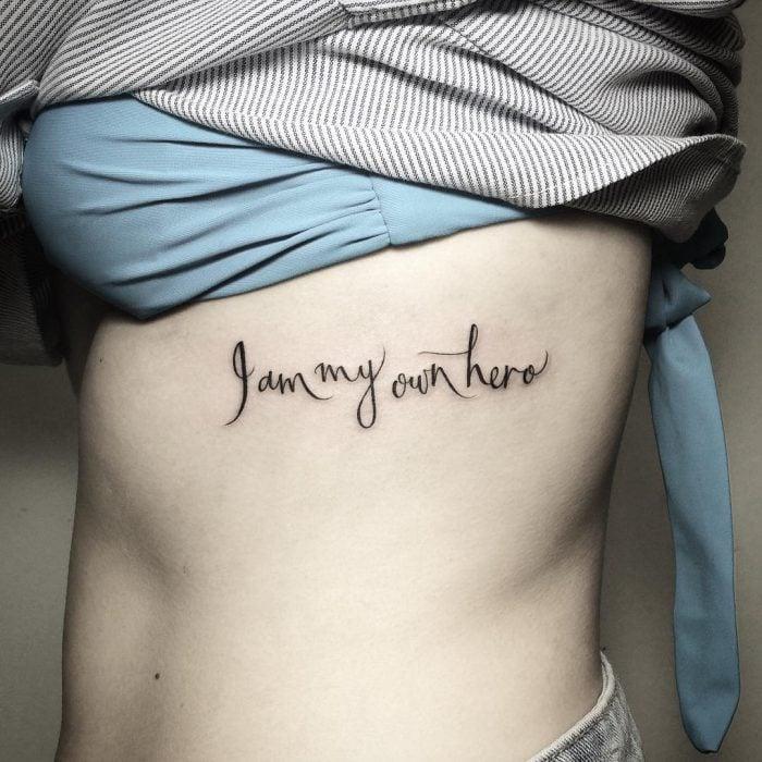 tatuaje frase soy mi propio héroe