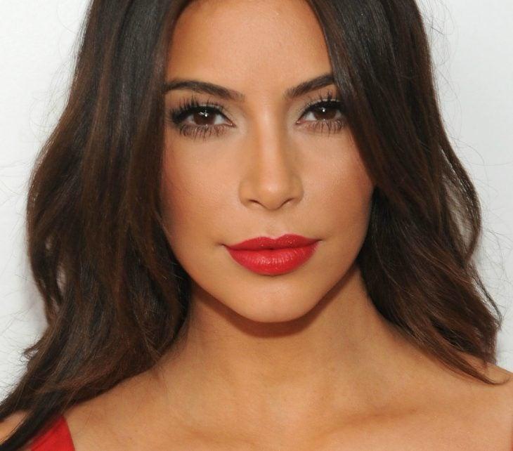 mujer morena de cabello negro largo con labios color rojo