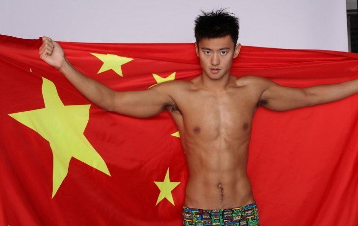 nadador chino con bandera de china