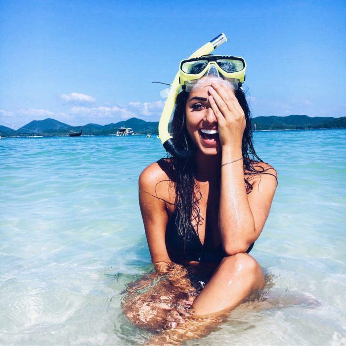 mujer morena en el mar buceando