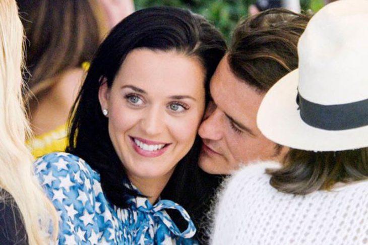 mujer blanca de cabello negro y hombre besándola