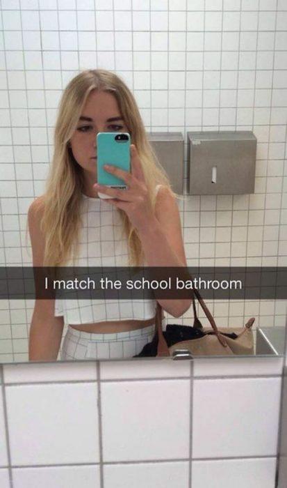 snap chica con ropa igual al azulejo del baño