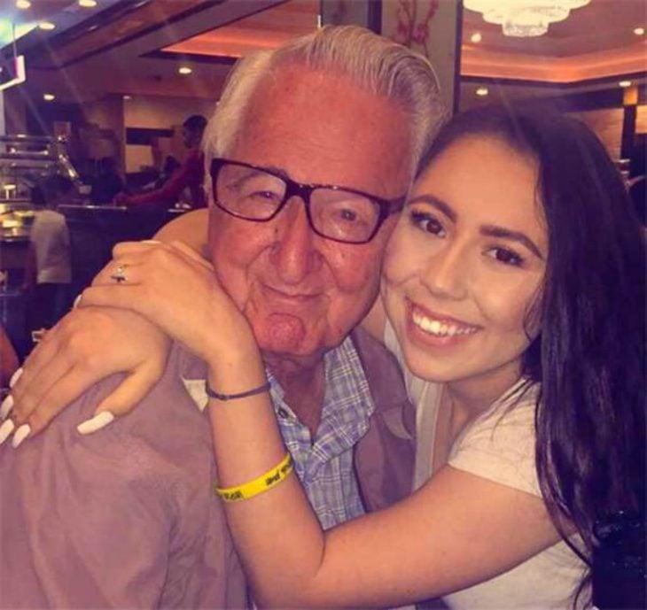 chica con abrazando a su abuelo