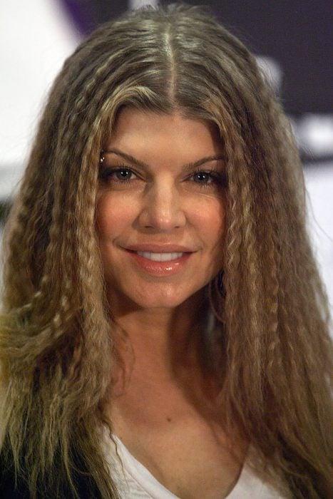 mujer morena de cabello rubio con cabello wafleado