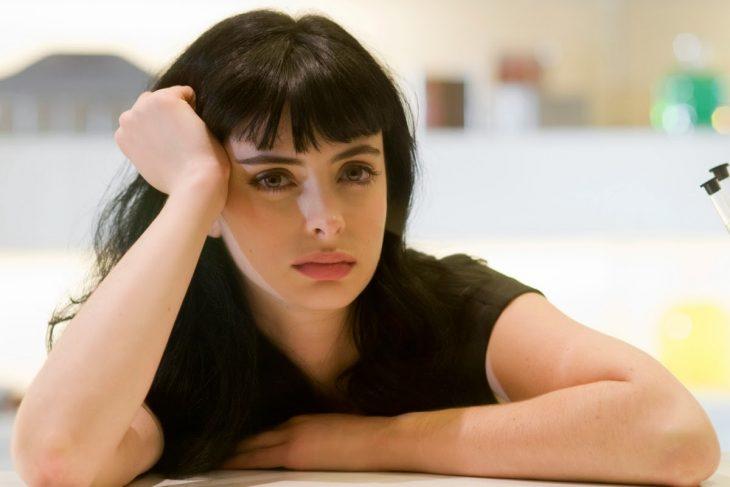 Kristen Ritter con cara de aburrimiento