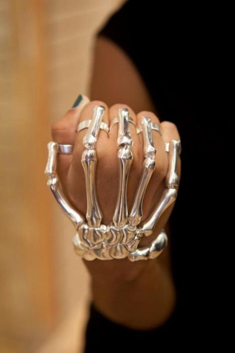 Brazalete de una chica en forma de huesos