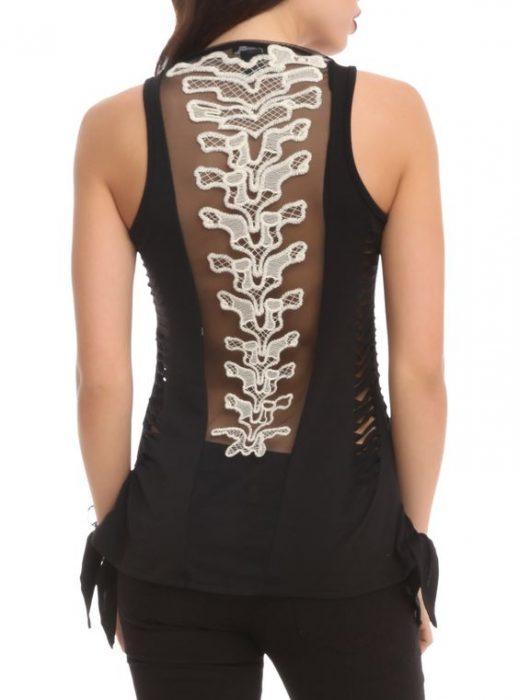 Blusa de una chica que tiene el estampado de una columna vertebral