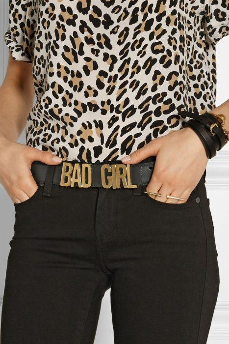Cinturon Mocchino de una chica que dice bad girl