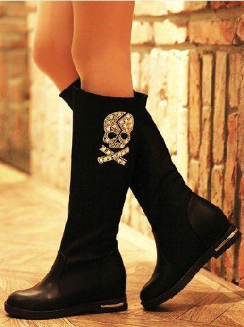 Botas para la lluvia en color negro con un estampado de calaveras