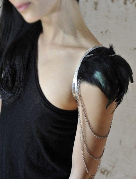 Accesorio para el hombro que tiene plumas y cadenas
