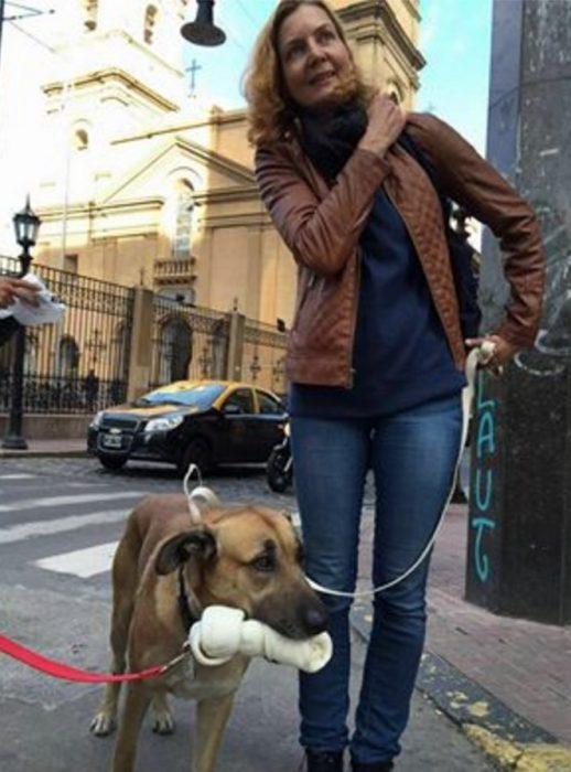 pero callejero Rubio con chica