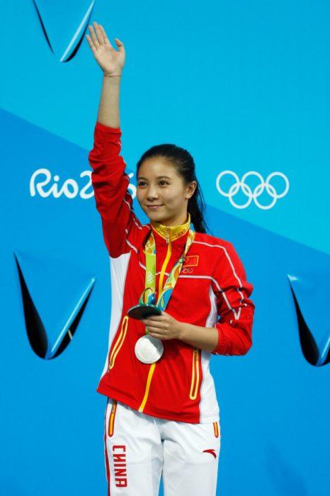 He Zi recibiendo su medalla de plata