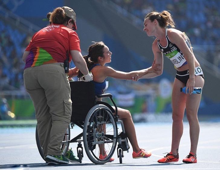 Atleta abandonando la pista de atletismo en silla de ruedas