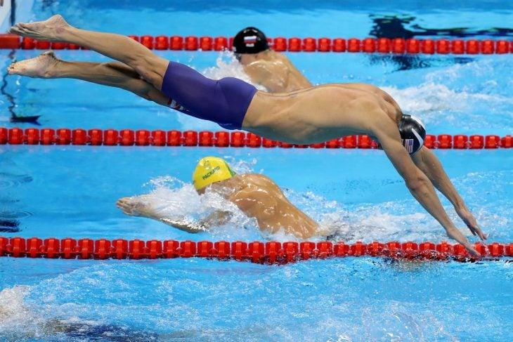 Nadador lanzándose a la alberca