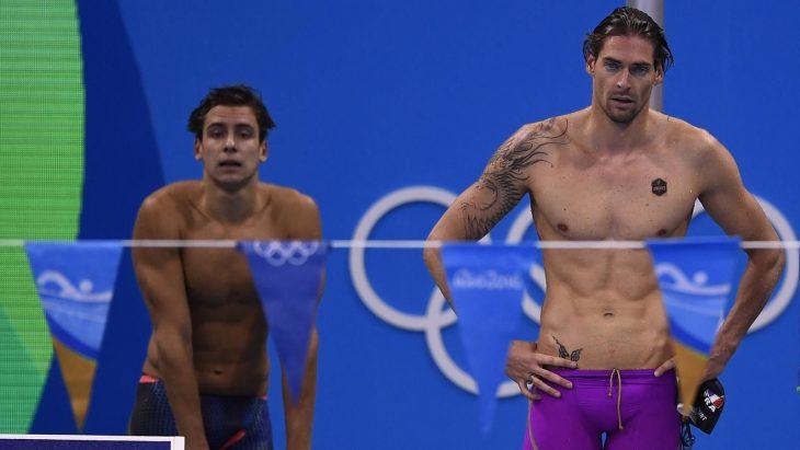 nadador con traje de baño morado