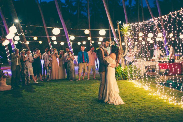 Pareja en una boda en el jardín