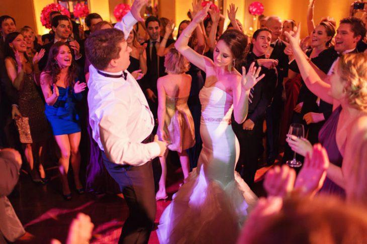 Pareja bailando el día de su boda