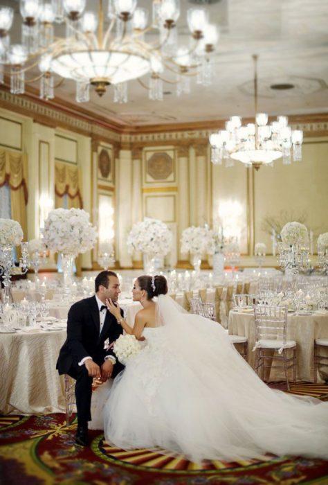 Pareja sentados en la recepción de su boda en un hotel
