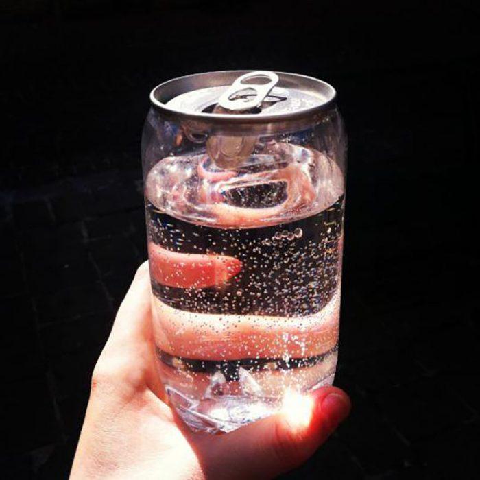 mano con botella con agua mineral