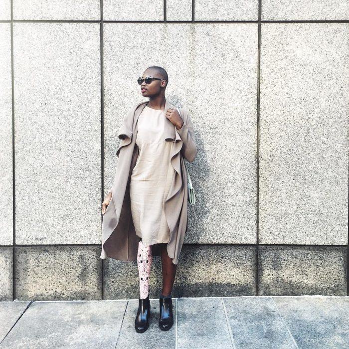 Blogger de belleza con una pierna amputada, parada en una sesión de fotos