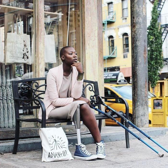 Blogger de belleza sentada en una banca