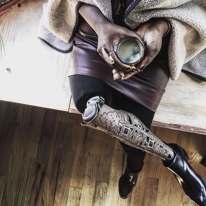 blogger de belleza sentada tomando una taza de te y mostrando su protesís de pierna