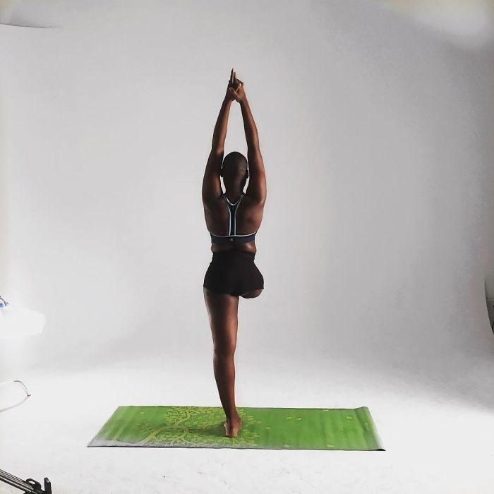 Blogger de bella con una pierna amputada practicando yoga