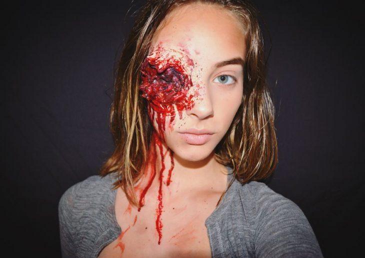 Chica creando maquillaje de fantasía inspirado en the walking dead