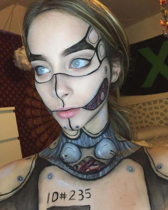 Chica crea maquillaje de un robot