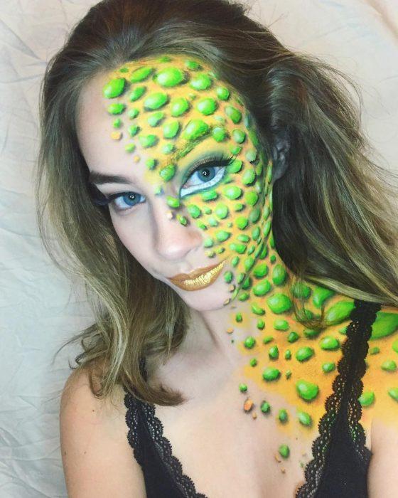 Chica crea maquillaje de fantasía a la mitad del rostro con puntos verdes