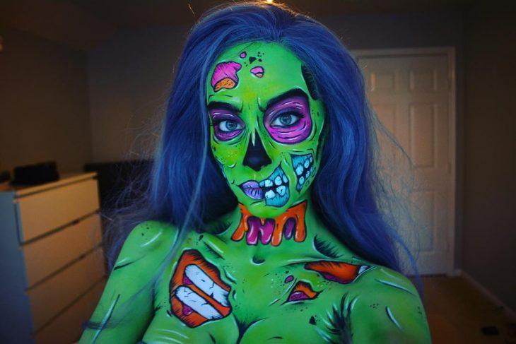 Chica creando maquillaje de fantasía de una mujer de pop art