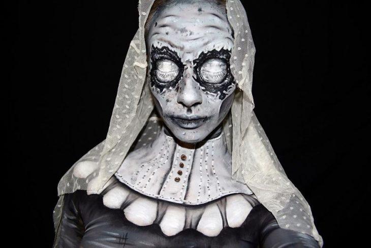Chica creando maquillaje de fantasía de una monja