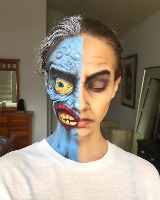 Chica creando un maquillaje de fantasía inspirado en el personaje de dos caras de Batman