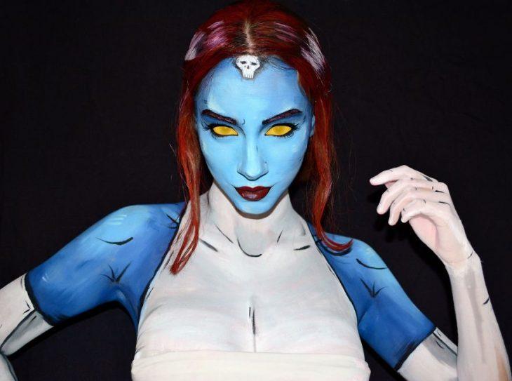 Chica creando maquillaje de fantasía inspirado en Mystique de x-men